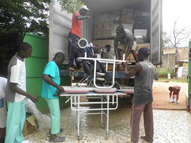 Bajando el material para el Centro Médico