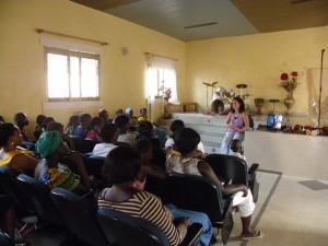 Una voluntaria dando una de las charlas a las mujeres.