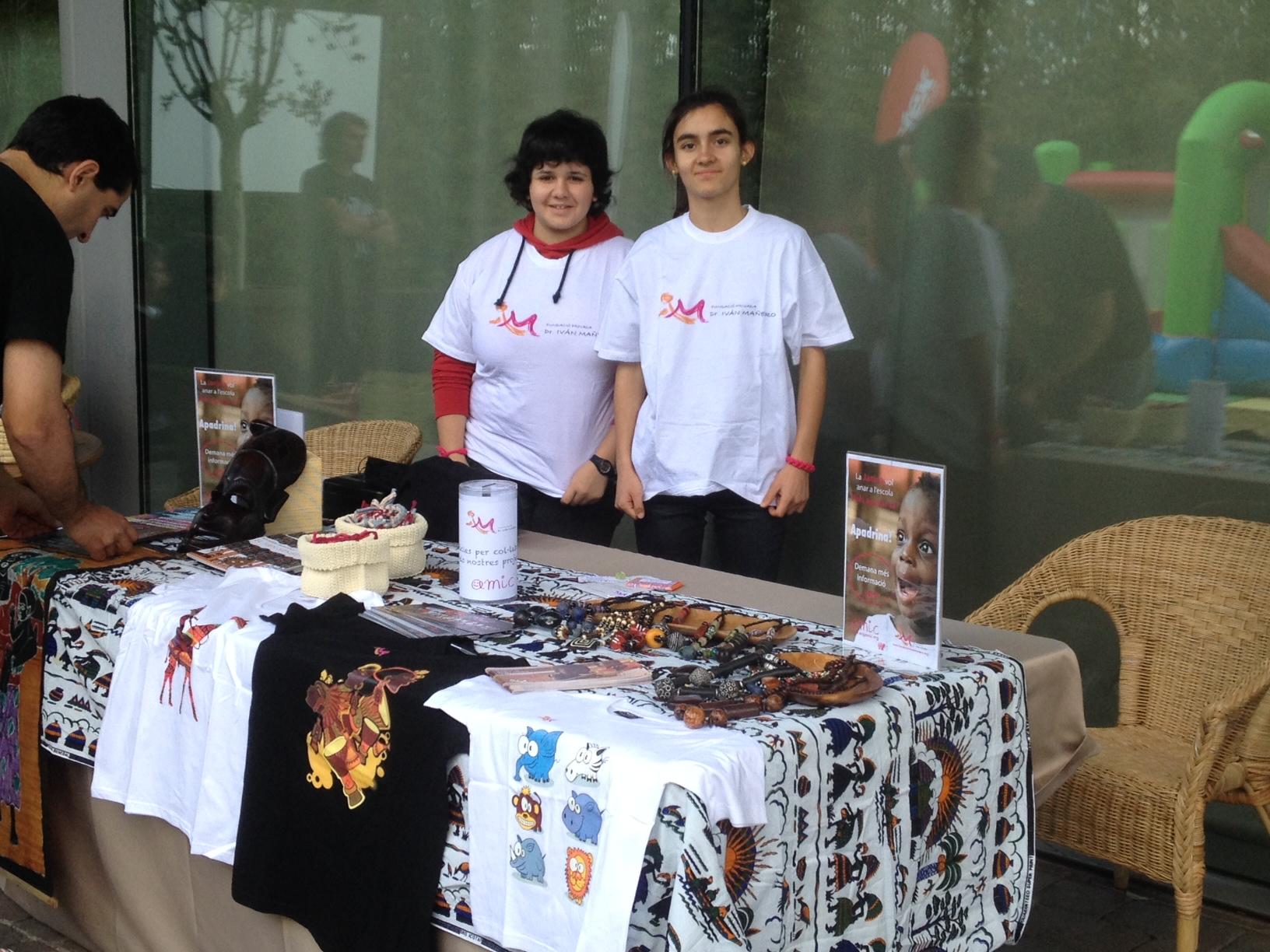 Marta y Ariadna, nuestras jóvenes voluntarias en el taller de pulseras solidarias.
